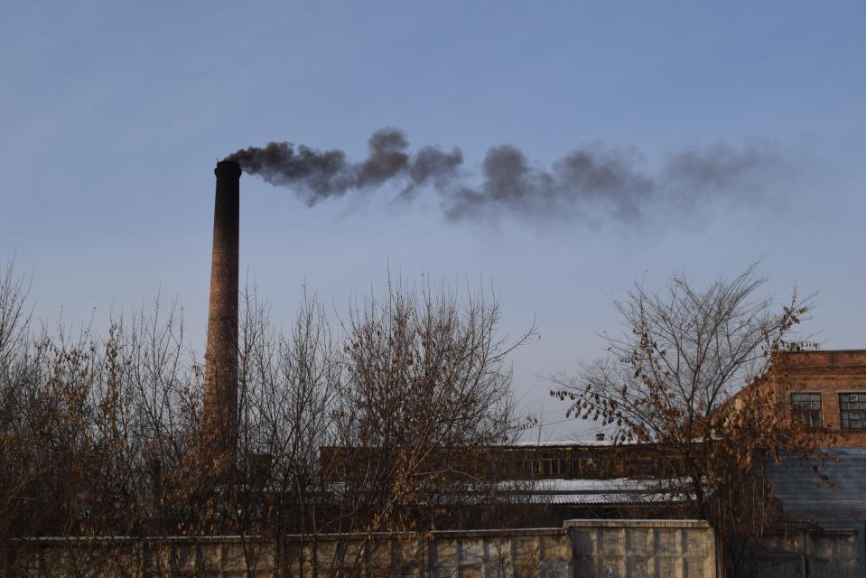 Большинство котельных не имеет очистного оборудования и темный дым из их невысоких труб оказывается на уровне квартир